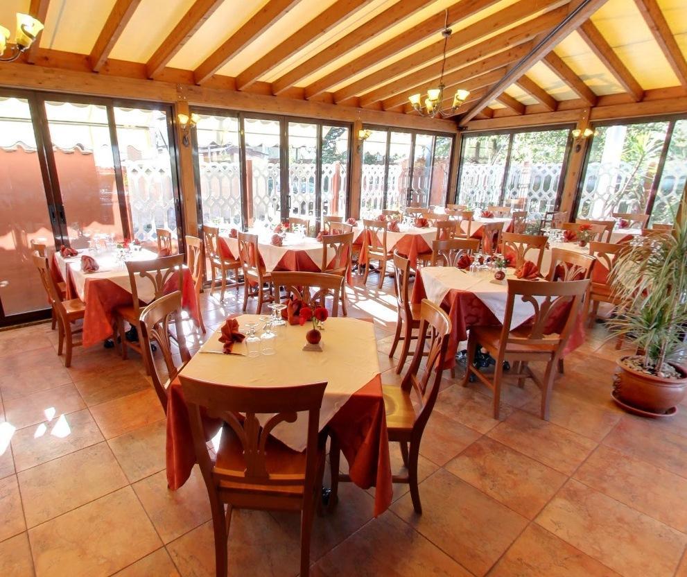 scaun clasic din lemn pentru restaurant