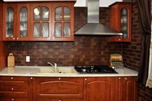 Bucatarie clasica lemn masiv cu accente rustice